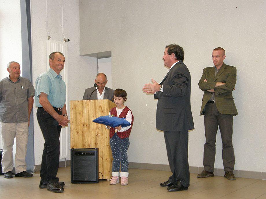 Michel Eymar reçoit le mérite agricole des mains de M.Selaries représentant le préfet 05