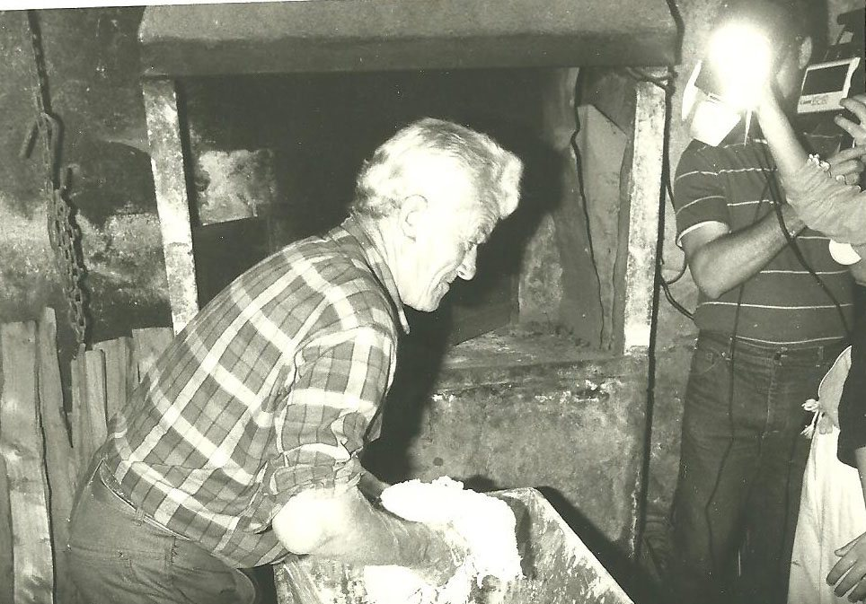 Fête du pain 98 Roger Brun pétrit la pâte