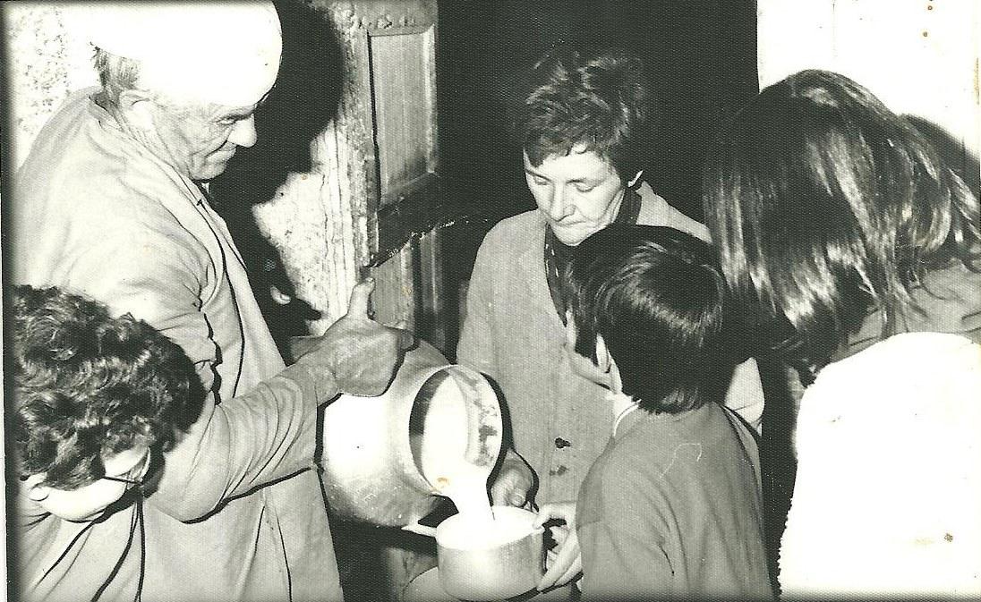 Fevrier 1978 Roger et Jeannette Brun donnant le lait à Hélène et Paul Ninville surveillés par Hélène Collomb