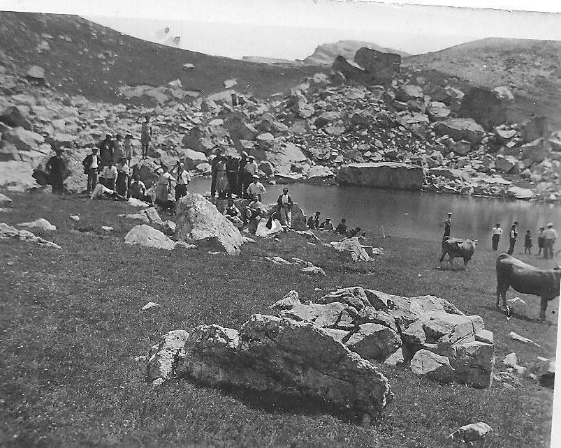 Au vallon du lac, Le Laus, à la St Laurent dans les années 40.(Ph.G.Domeny)
