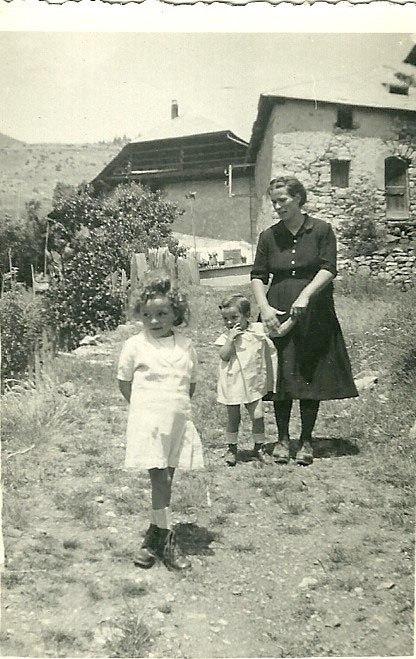 1943 Leonie Argence avec Monique et Maryse