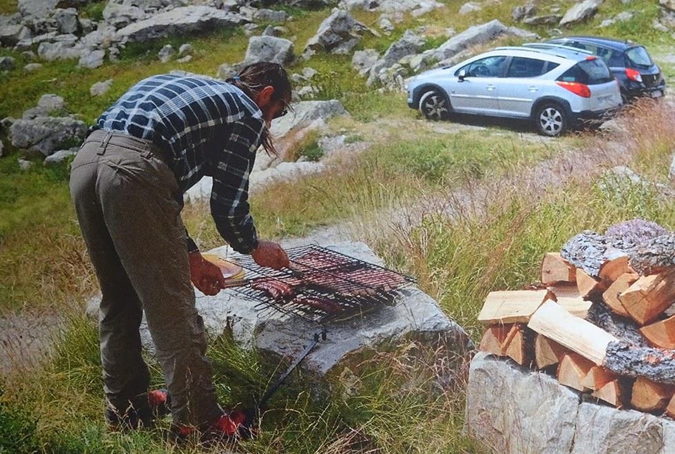 Quand il y a des amis…pascal se reconvertit en cuisinier pour le barbecue.(Ph.P.Labbé).
