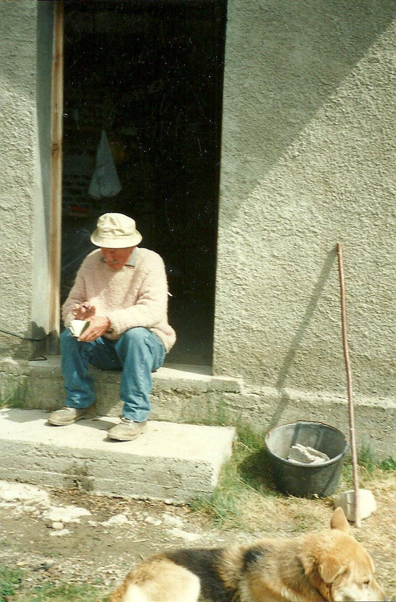 Joseph Rey sur le seuil de la cabane de l'Alp.