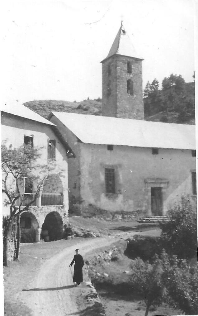 Réotier 1943. L'abbé Clerc devant la Cure et l'Eglise St Michel bien mal en point