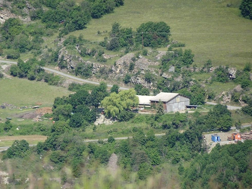 Glissement vers l'ouest première étape : L'étable de l'exploitation pastorale Bernadette Eymar.