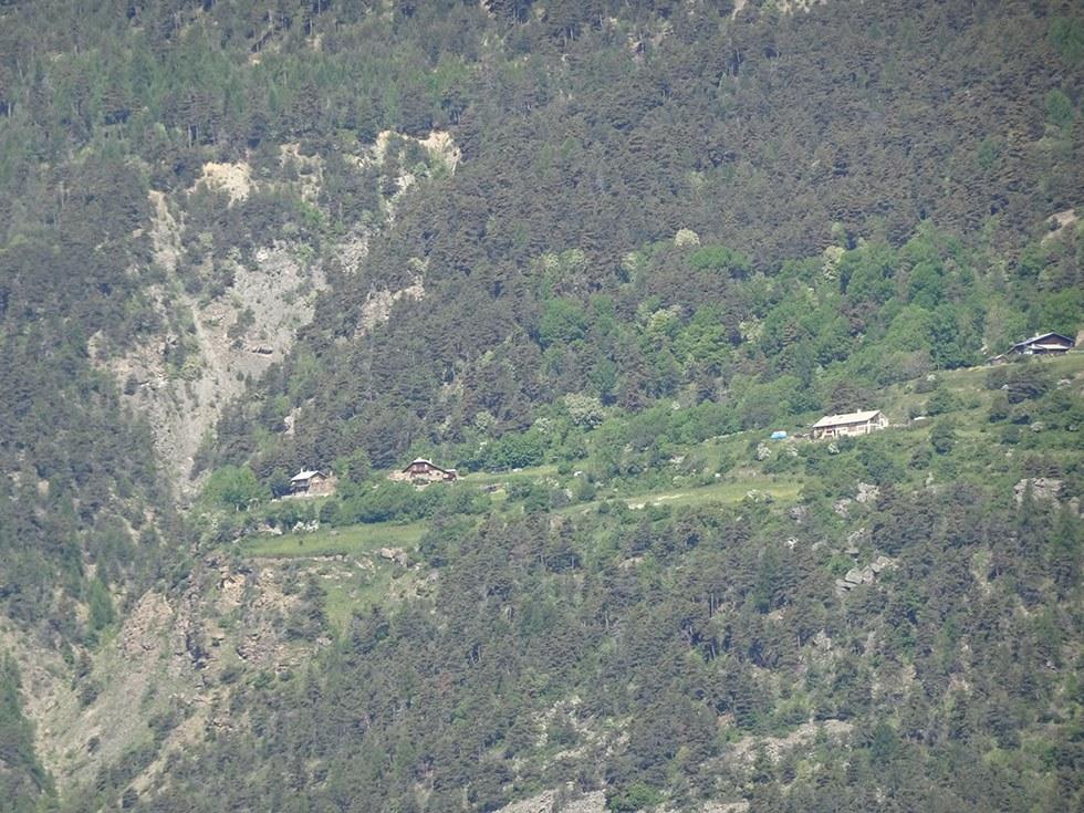 Isolé, perché sur une terrasse, merveilleux belvédère, le hameau de PINFOL, disparu fin du XIXème siècle reconstruit deuxième moitié du XXème.