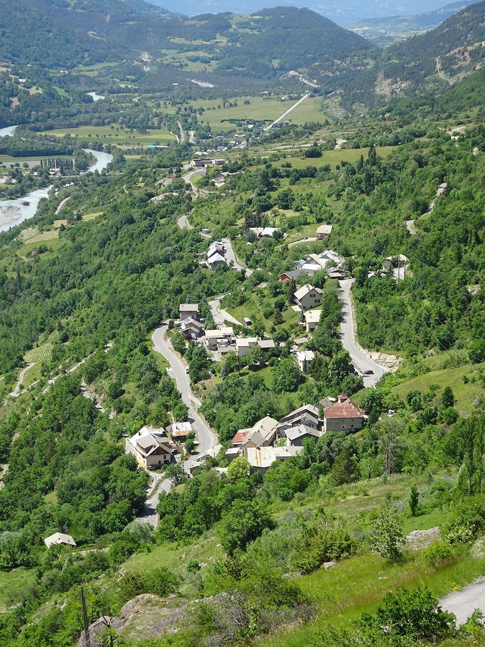 Devant les Moulinets hauts au premier plan, la zone urbanisée de Pré Toscan, la plus développée au bas de la commune