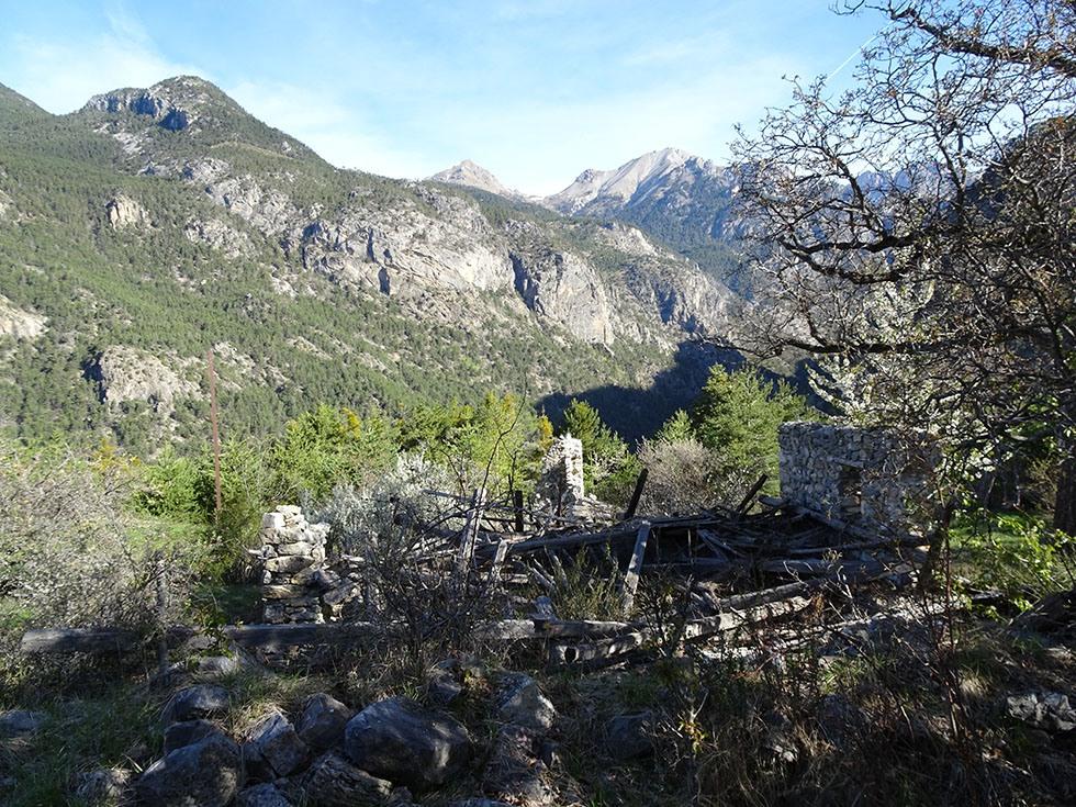 Les ruines de Gratteloup face au Pic (de Furfande)