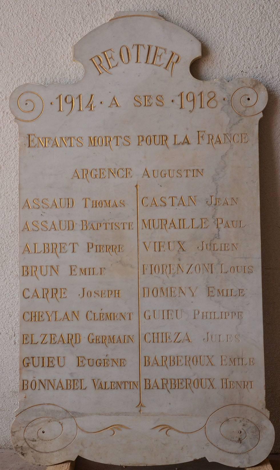 La plaque commémorative précédant le monument aux morts actuel devant la mairie. (Ph. Cl. Chaix)
