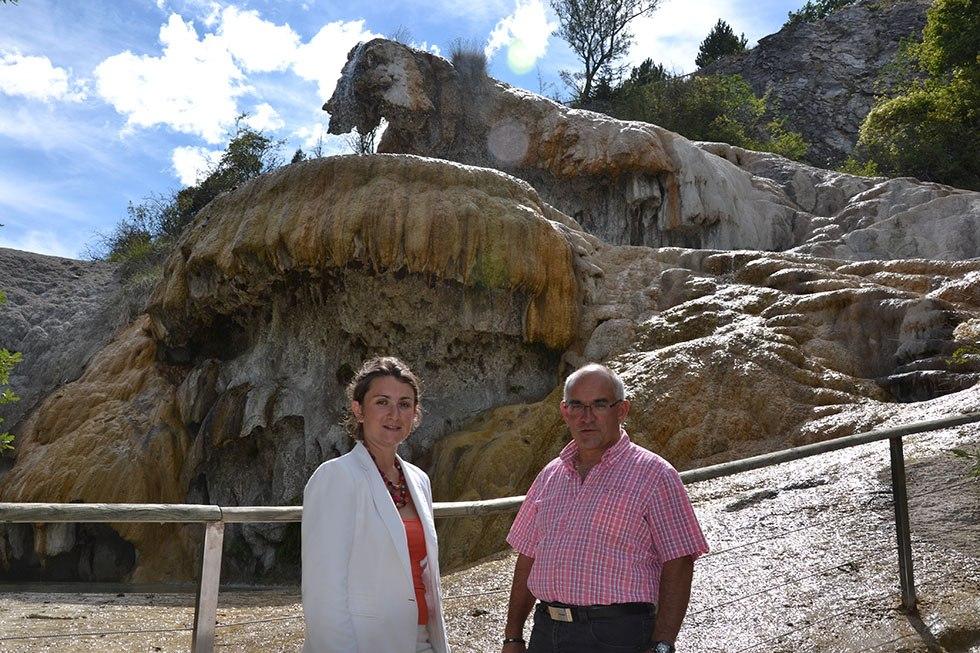 8 août 2014. Avec Isabelle Sandrané, sous préfète, à la Fontaine Pétrifiante, valeur sûre à travers les âges du patrimoine naturel de Réotier.