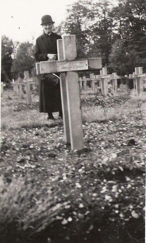 Madame Argence Madeleine née Bourcel, sur la tombe de son fils Augustin après la guerre.