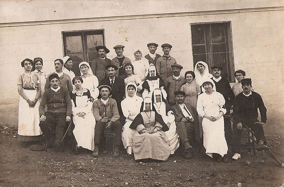 novembre 1914 : les blessés affluent à l'arrière pour être « réparés » afin de repartir à nouveau au front. Ici à Aix les Bains.