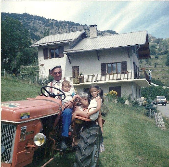 1985. Mélanie et Stéphanie avec le grand père Marcel et Marie Jeanne devant la maison de Pré Toscan.