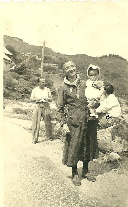 Printemps 1958 : le petit Marcel dans les bras de sa grand mère Clémence