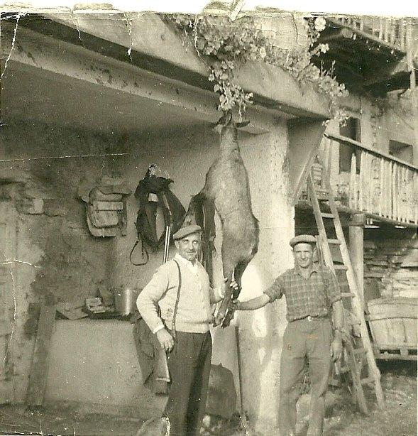 Marcel Cannat reste un « rural » continuant à vivre dans la tradition paysanne. Ici avec Augustin Collomb lors d'un retour de chasse