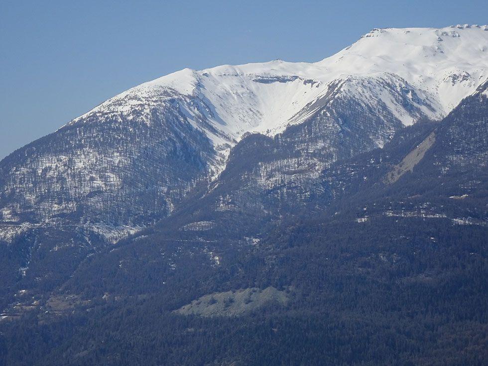 Le ravin du Clot : à gauche la crête de la Brèche de la Tête de Fouran (2460m) dont l'arête sommitale rejoint le plateau de l'Alp dominé par le Pinfol (2649m)