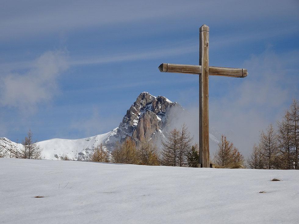 La nouvelle Croix des Résinières* devant la Tête de Gaulent.