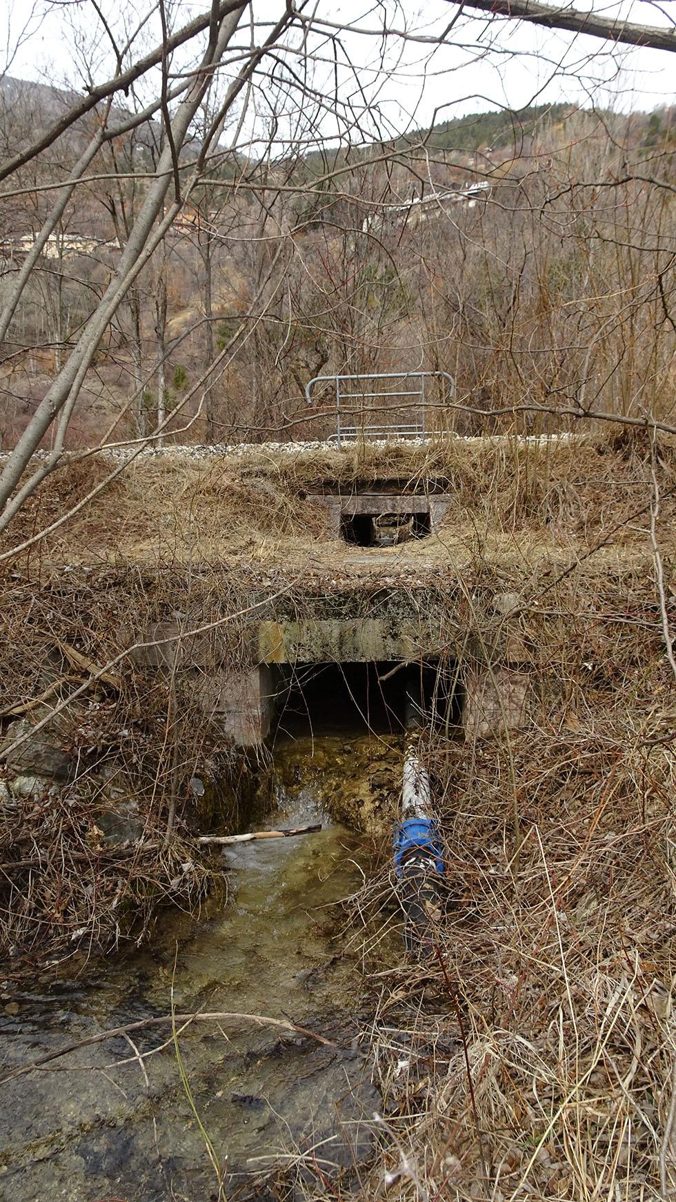 Le talus de la ligne de chemin de fer est un barrage