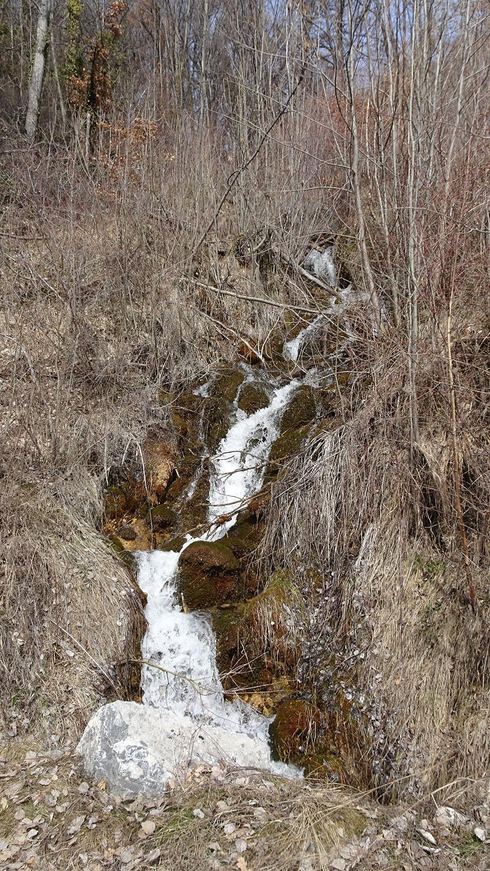 Le ruisseau de la Grande Combe à son arrivée dans la plaine.