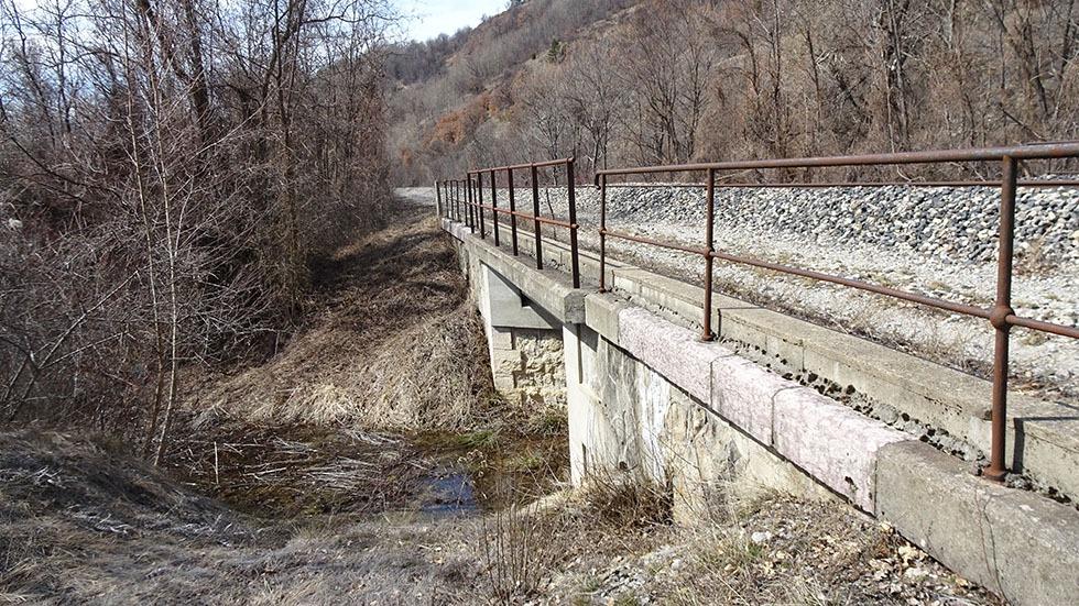 Le ruisseau de la Grande Combe arrive à l'Isclette en passant sous la voie ferrée