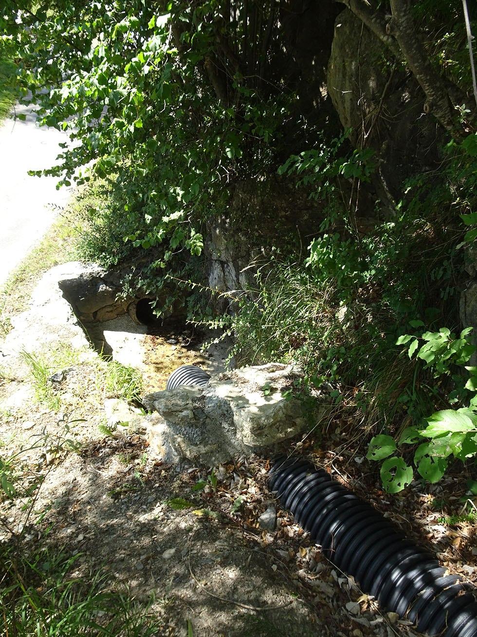 Partie terminale du canal de Manouel qui passe sous la route de Pinfol,pour plonger directement sur les Casses