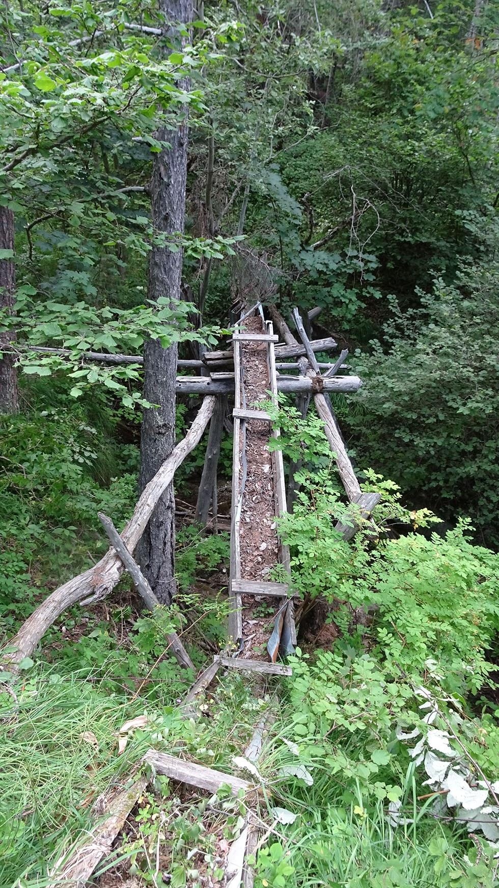 Pour garder la courbe de niveau, le tracé primitif du canal de Beauregard franchissait le ravin du Clot par un aqueduc en bois, d'entretien bien difficile