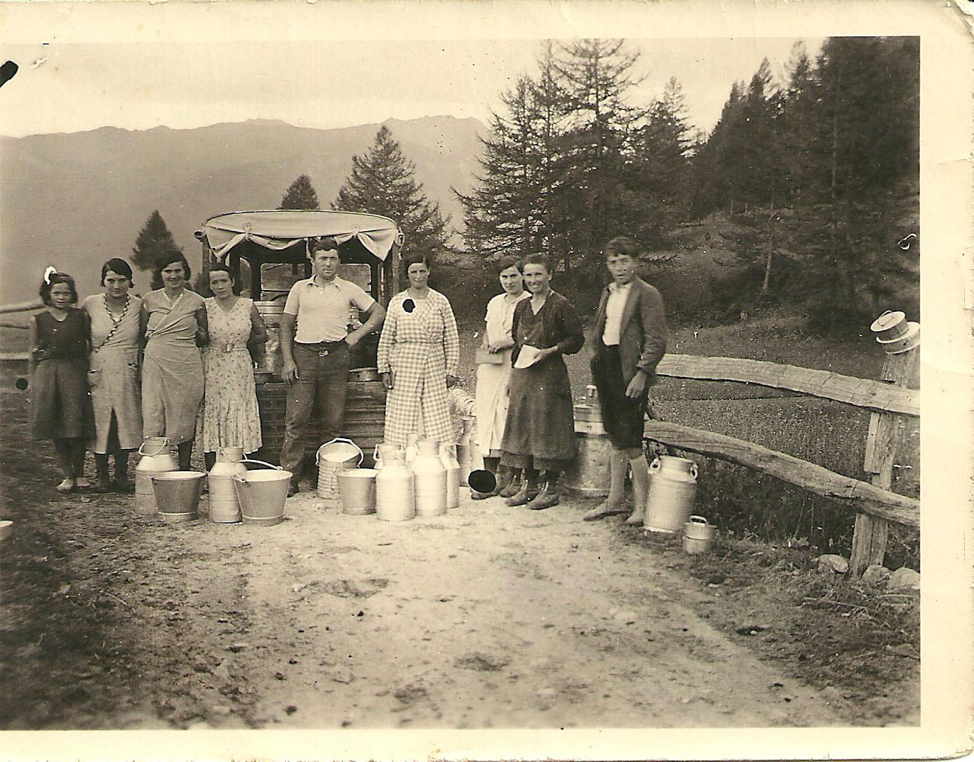 Mikéou 1934 avec de droite à gauche : Henri Carre, Gabrielle Rigaud, Léonie Izoard, Gabrielle Laurent, René Vincent le laitier, Yvonne Domeny, Juliette Izoard, Marie Refondini et Yvette Guieu. (Ph.M.Blanc).
